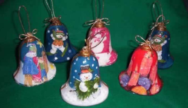 Aplicando Decoupage en campanas navideñas